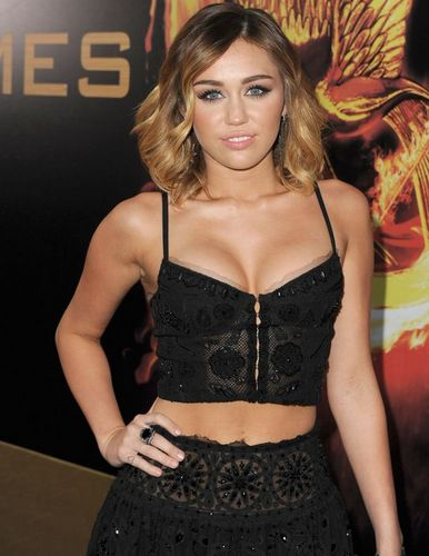 1-Miley+Cyrus+arrives+at+the+premiere+of+The+Hunger+Games+at+Nokia+Theatre