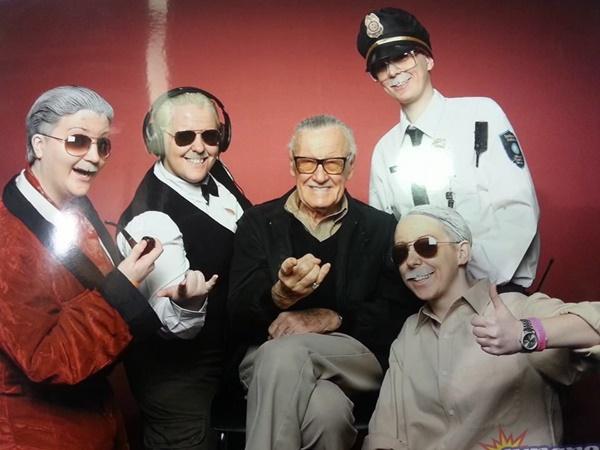 Stan Lee no meio dos cosplays de algumas de suas participações especiais nos filmes da Marvel. Quem parece mais feliz?