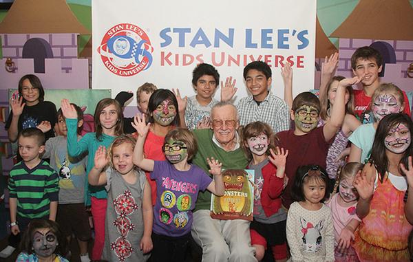 Stan Lee lendo histórias para crianças. Quem parece mais feliz?