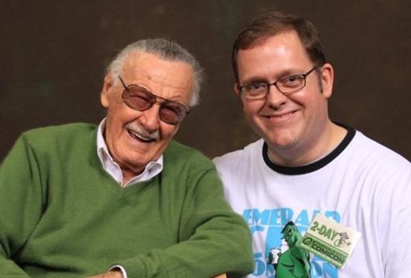 Stan Lee e um fã. Quem parece mais feliz?