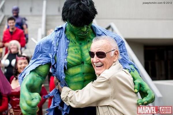Stan Lee abraçando um cosplay do Hulk. Quem parece mais feliz?