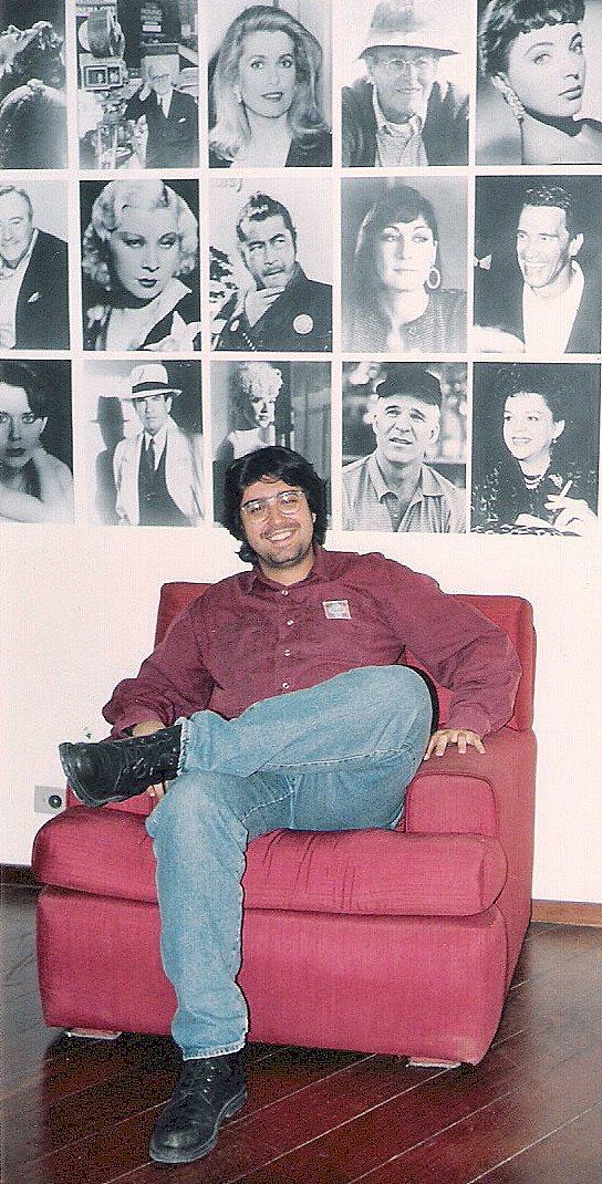 Eduardo Miranda em sua sala na Rede Manchete, na época em que convenceu a Emissora a exibir Cavaleiros do Zodíaco